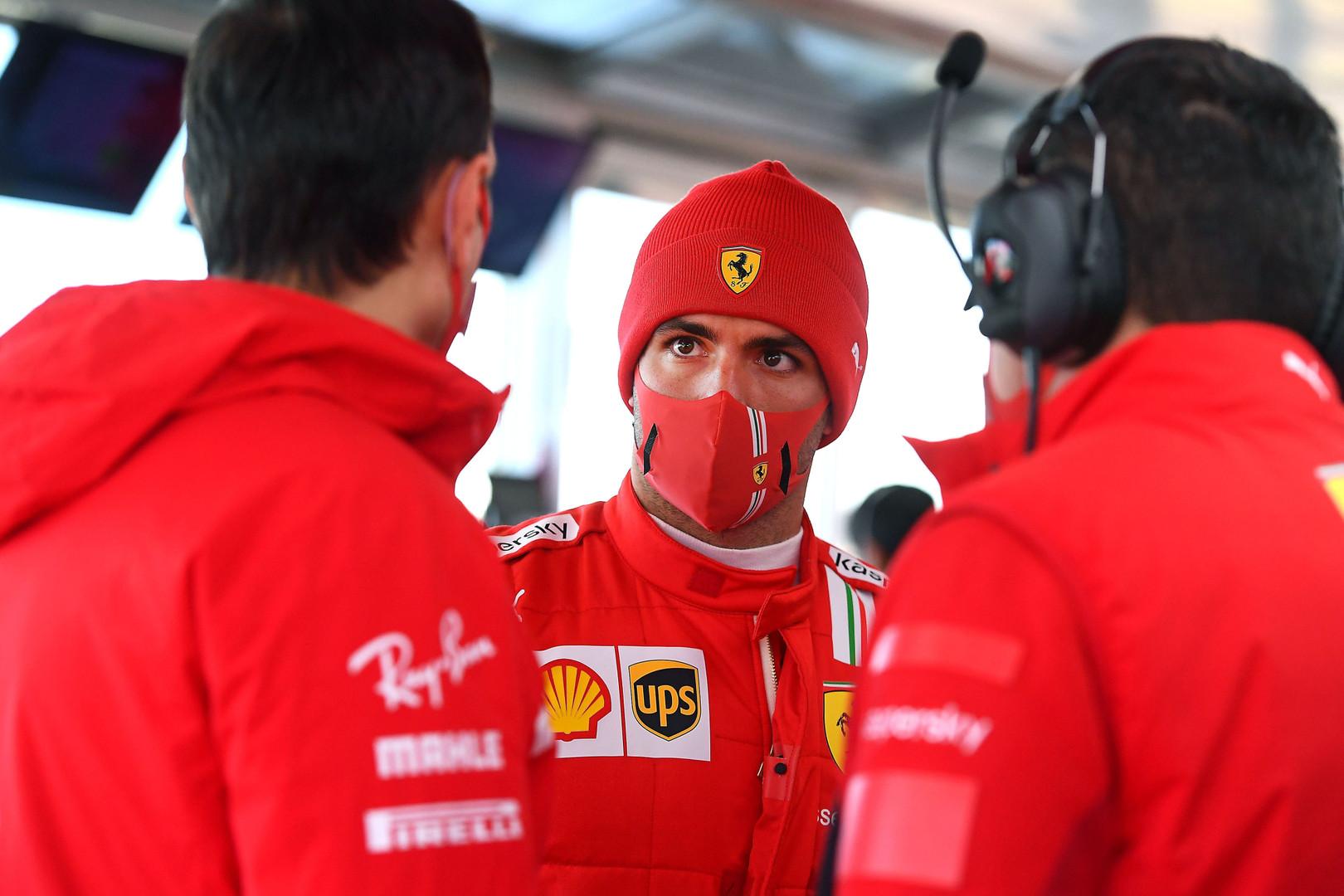 Carlos Sainz podczas rozmowy z członkami Ferrari na Pista di Fiorano, styczeń 2021